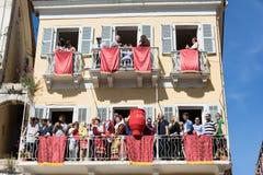 ΚΕΡΚΥΡΑ, ΕΛΛΑΔΑ - 30 ΑΠΡΙΛΊΟΥ 2016: Το Corfians ρίχνει τα δοχεία αργίλου από τα παράθυρα και τα μπαλκόνια το ιερό Σάββατο για να  Στοκ φωτογραφία με δικαίωμα ελεύθερης χρήσης
