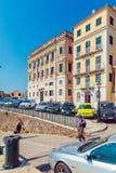 ΚΕΡΚΥΡΑ, ΕΛΛΑΔΑ - 13 ΙΟΥΛΊΟΥ 2011: Περπάτημα εγγενών ανθρώπων και τουριστών Στοκ εικόνες με δικαίωμα ελεύθερης χρήσης