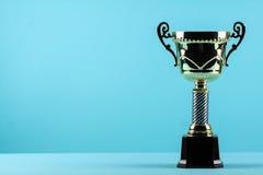 Κερδίζοντας τρόπαιο βραβείων στο μπλε υπόβαθρο Στοκ Φωτογραφία
