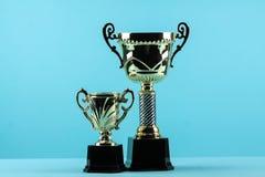Κερδίζοντας τρόπαιο βραβείων στο μπλε υπόβαθρο Στοκ φωτογραφία με δικαίωμα ελεύθερης χρήσης