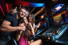 Κερδίστε στο μηχάνημα τυχερών παιχνιδιών με κέρματα στοκ φωτογραφίες