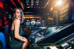 Κερδίστε στο μηχάνημα τυχερών παιχνιδιών με κέρματα Στοκ εικόνες με δικαίωμα ελεύθερης χρήσης