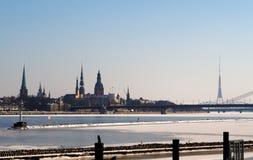 Κεφάλαιο πόλεων της Ρήγας της σκιαγραφίας της Λετονίας το χειμώνα στοκ φωτογραφίες