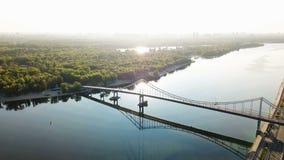 Κεφάλαιο του Κίεβου Kiyv Ουκρανία Dnepr Dnipro Parkivyi ποταμών γέφυρα στις εναέριες βιντεοσκοπημένες εικόνες κηφήνων νησιών Truh απόθεμα βίντεο