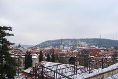 Κεφάλαιο των τύπων Δημοκρατίας της Τσεχίας της Πράγας παγκοσμίως διάσημων ναών στο πανόραμα της πόλης πριν από τα Χριστούγεννα στοκ εικόνες