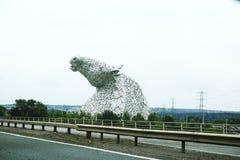 Κεφάλια αλόγων ορατά από απόσταση, Kelpie κοντά Falkirk στη Σκωτία, Ηνωμένο Βασίλειο στοκ εικόνες