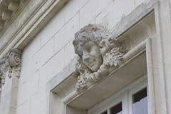 Κεφάλι γλυπτών ενός κοριτσιού επάνω από το παράθυρο σε ένα γαλλικό κάστρο στοκ φωτογραφία