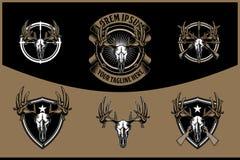 Κεφάλι κρανίων ελαφιών με το διαγώνιο τουφεκιών διανυσματικό πρότυπο λογότυπων διακριτικών αναδρομικό για τη λέσχη κυνηγιού διανυσματική απεικόνιση