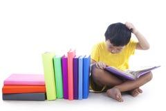 κεφάλι παιδιών το γρατσούνισμά του στοκ εικόνα