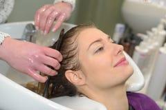 Κεφάλι πλύσης γυναικών στο κομμωτήριο στοκ εικόνες με δικαίωμα ελεύθερης χρήσης