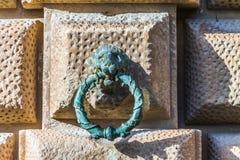 Κεφάλι λιονταριών με το δαχτυλίδι στον τοίχο στοκ εικόνα