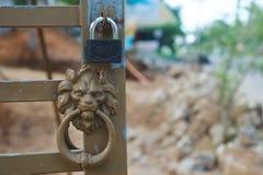 Κεφάλι και κλειδαριά λιονταριών Metall Στοκ Φωτογραφία