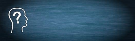 Κεφάλι με το ερωτηματικό στο μπλε υπόβαθρο πινάκων κιμωλίας διανυσματική απεικόνιση