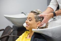 Κεφάλι πλύσης γυναικών στο κομμωτήριο Στοκ φωτογραφίες με δικαίωμα ελεύθερης χρήσης