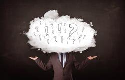 Κεφάλι σύννεφων επιχειρησιακών ατόμων με τα σημάδια ερώτησης και θαυμαστικών Στοκ Φωτογραφίες