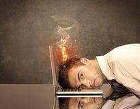 Κεφάλι του λυπημένου επιχειρησιακού προσώπου που πιάνει την πυρκαγιά Στοκ εικόνα με δικαίωμα ελεύθερης χρήσης