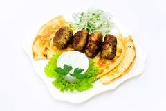 Κεφτές στο pita με τη σαλάτα σάλτσας και αγγουριών στοκ εικόνες