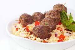 Κεφτές Kebabs πέρα από το κουσκούς Στοκ εικόνα με δικαίωμα ελεύθερης χρήσης