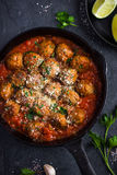 Κεφτή βόειου κρέατος με τη σάλτσα ντοματών και το τυρί παρμεζάνας στο τηγάνι Στοκ Εικόνες