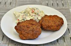 Κεφτή και σαλάτα πατατών στο άσπρο πιάτο Στοκ Εικόνες