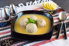 Κεφτή με τη μέντα και το ρύζι σε μια σάλτσα λεμόνι-αυγών Παραδοσιακά ελληνικά τρόφιμα κατανάλωση έννοιας υγιής Mediterranian στοκ εικόνα