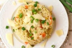 Κεχριά με τα λαχανικά, το κρεμμύδι άνοιξη και το τυρί Στοκ εικόνα με δικαίωμα ελεύθερης χρήσης