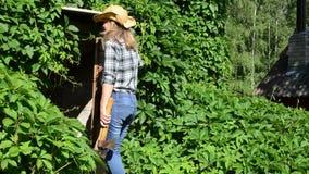 Κελάρι τσεκουριών κοριτσιών της Farmer απόθεμα βίντεο
