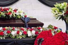 Κηδεία, που διακοσμείται υπέροχα με το φέρετρο ρυθμίσεων λουλουδιών στοκ φωτογραφία