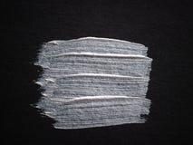 Κηλίδα του ασημένιου χρώματος στο μαύρο χαρτόνι Κενή θέση για το κείμενό σας στοκ φωτογραφία με δικαίωμα ελεύθερης χρήσης