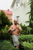 Κηπουρός ατόμων με τη διαθέσιμη κάνοντας τέχνη κουρευτών ζώων τέμνων ιουνίπερος Στοκ φωτογραφίες με δικαίωμα ελεύθερης χρήσης