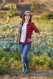 Κηπουρός γυναικών με το φτυάρι Στοκ φωτογραφία με δικαίωμα ελεύθερης χρήσης