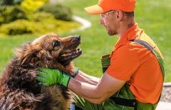 Κηπουρός και το σκυλί του στοκ φωτογραφία με δικαίωμα ελεύθερης χρήσης