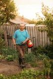Κηπουρός με έναν ψεκαστήρα στον κήπο το βράδυ στοκ φωτογραφίες με δικαίωμα ελεύθερης χρήσης