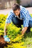 Κηπουρός που εργάζεται στον κήπο στοκ εικόνα με δικαίωμα ελεύθερης χρήσης