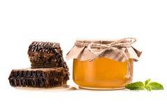 Κηρήθρες και μέλι στο βάζο γυαλιού Στοκ Εικόνα