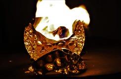 Κηροπήγιο γυαλιού με την ανάπτυξη της φλόγας στο σκοτάδι στοκ φωτογραφίες με δικαίωμα ελεύθερης χρήσης