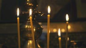 Κηροπήγιο με το κάψιμο των κεριών στο ναό απόθεμα βίντεο