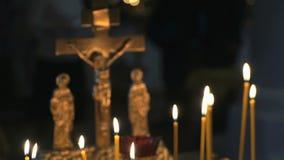 Κηροπήγιο με το κάψιμο των κεριών στο ναό φιλμ μικρού μήκους
