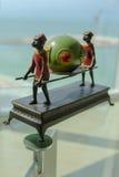 Κηροπήγιο σχεδιαστών στο ασιατικό ύφος σε έναν πίνακα γυαλιού στοκ φωτογραφία με δικαίωμα ελεύθερης χρήσης