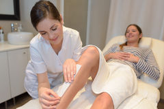 Κηρώνοντας πόδι γυναικών SPA Στοκ εικόνες με δικαίωμα ελεύθερης χρήσης