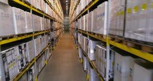 Κηφήνας έκτασης μεταξύ των σειρών στην αποθήκη εμπορευμάτων με τα κιβώτια, μια μεγάλη αποθήκη εμπορευμάτων με τα κιβώτια, μια σύγ απόθεμα βίντεο