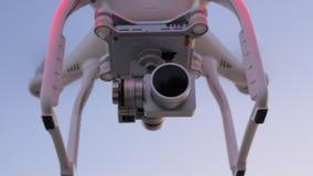 Κηφήνας με τη κάμερα που πετά και βίντεο πυροβολισμού απόθεμα βίντεο