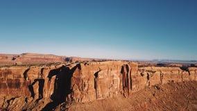 Κηφήνας που αυξάνεται επάνω από την κορυφογραμμή βουνών για να αποκαλύψει την επική ηλιόλουστη αγριότητα ερήμων με το συναρπαστικ φιλμ μικρού μήκους