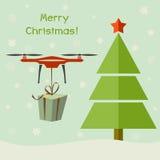 Κηφήνας που παραδίδει τα δώρα Χριστουγέννων κάτω από το χριστουγεννιάτικο δέντρο Στοκ φωτογραφία με δικαίωμα ελεύθερης χρήσης