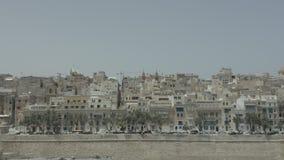 Κηφήνας που πετά από τη θάλασσα στην παλαιά πόλη Valletta, νησί της Μάλτας Παλαιά, εκλεκτής ποιότητας παράθυρα, μπαλκόνια Καταπλη απόθεμα βίντεο