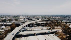 Κηφήνας που πετά γύρω από την καταπληκτική ανταλλαγή συνδέσεων εθνικών οδών στο Λος Άντζελες με την κυκλοφορία που περνά από πολλ απόθεμα βίντεο