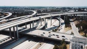 Κηφήνας που πετά γύρω από τη μεγαλοπρεπή οδική ανταλλαγή εθνικών οδών Pregerson δικαστών στο Λος Άντζελες, ΗΠΑ με τα αυτοκίνητα σ φιλμ μικρού μήκους