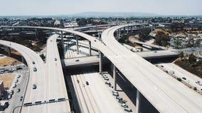 Κηφήνας που πετά δεξιά γύρω από την απίστευτη ανταλλαγή συνδέσεων εθνικών οδών στο Λος Άντζελες, Καλιφόρνια, αυτοκίνητα που κινεί φιλμ μικρού μήκους