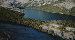 Κηφήνας που πετά επάνω από το καταπληκτικό άσπρο δύσκολο τοπίο κορυφογραμμών για να αποκαλύψει τη μεγάλη λίμνη βουνών στο εθνικό  απόθεμα βίντεο