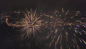 Κηφήνας που πετά μέσα στα πυροτεχνήματα, άποψη στο πανόραμα πόλεων στη νύχτα απόθεμα βίντεο
